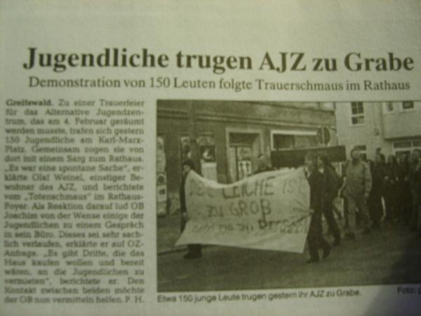 Jugendliche tragen AJZ zu Grabe Greifswald