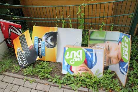 Zerstoerte Plakate der Grünen