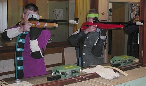 Schießstand mit zwei Männern, die ein Luftgewehr bedienen