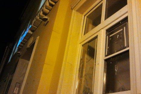 Redaktionsgebäude der Ostsee-Zeitung in Greifswald nach den Steinwürfen