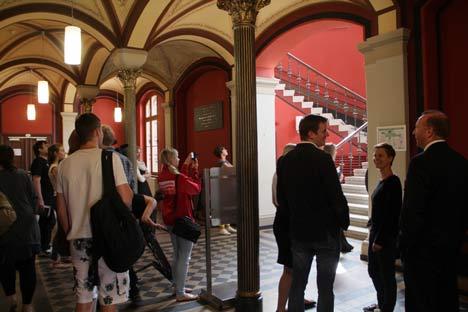 Medienvertreter beim Shooting für den Erotikkalender an der Universität Greifswald