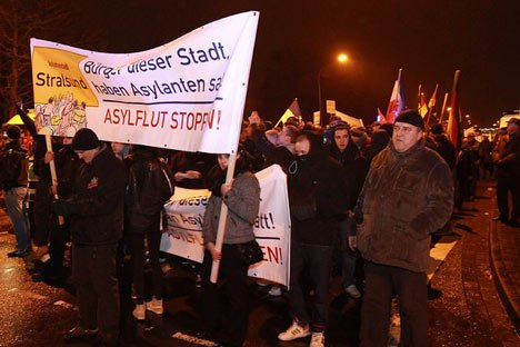 Mvgida Demonstration in Stralsund mit Banner Asylflut