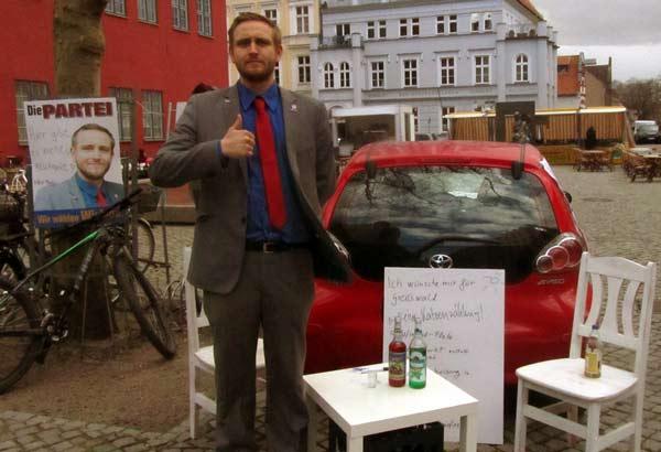Oberbürgermeisterkandidat Björn Wieland beim Wahlkampf in Greifswald