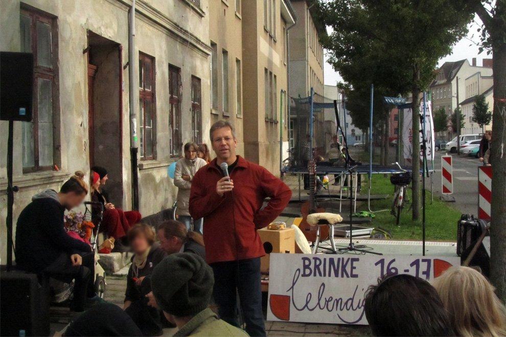Stefan Fassbinder spricht beim Straßenfest der besetzten Brinke in Greifswald