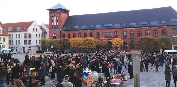 300 Greifswalder protestieren gegen Fremdenfeindlichkeit auf dem Markt