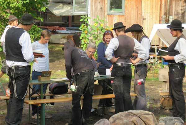 OB Stefan Fassbinder verabschiedet die Gesellen der Sommerbaustelle