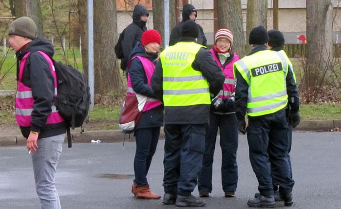 Demo-Beobachter und Deeskalateure der Polizei zu Beginn