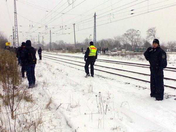 Relativ wenige Polizisten bewachen die Gleise