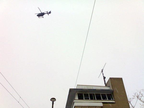 Der Polizeihubschrauber kreist fortwährend über dem Geschehen