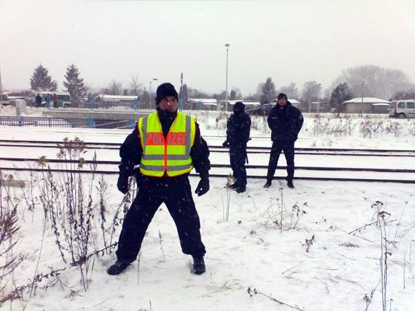 Martialische Posen - Polizisten sichern den Transport