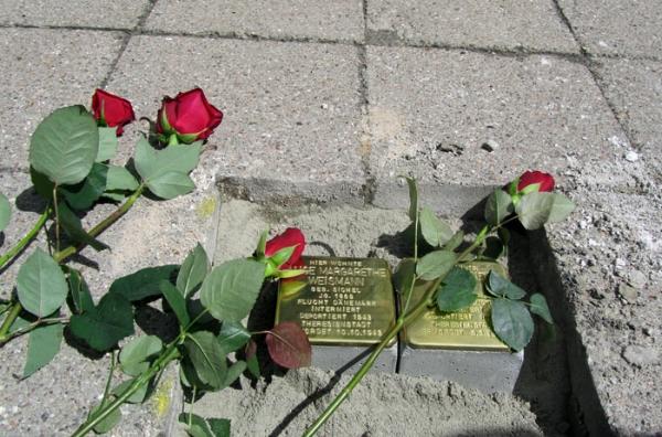 Neuverlegung der entwendeten Stolpersteine in der Robert-Blum-Straße