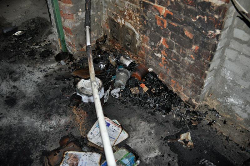 ...gebrannt haben jedoch Kabelmantel, eine Bücherkiste und Gerümpel, ...