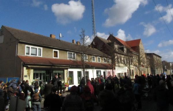 Die Demonstration endete mit Kaffee und Suppe vor dem Häuserensemble in der Brinkstraße, ...