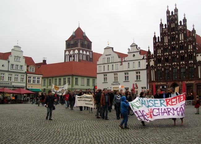 150 Personen protestierten gemeinsam gegen den Abriss der Brinkstraße 16-17