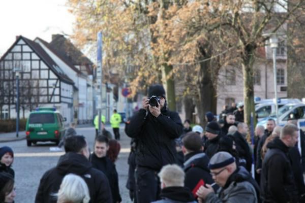 Friedland, 09.11.2013: Marcus G. hat die Gegendemonstranten im Visier und...