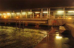 Hochwasser im Museumshafen — ein bisschen Wind und der Ryck läuft über