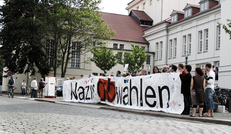 Etwa 70 Menschen protestierten vor der Kreistagssitzung gegen die NPD
