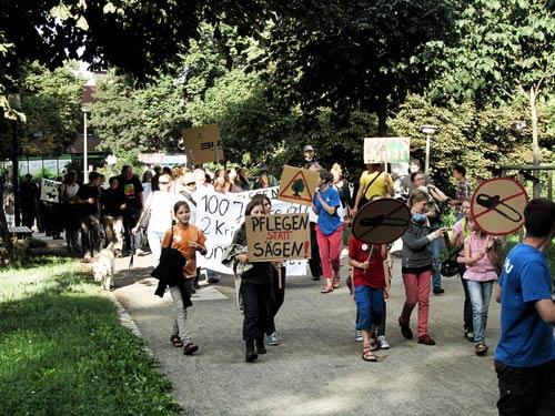 Der NABU rief im August 2013 zu einer Demonstration gegen die geplanten Rodungen am Wall auf