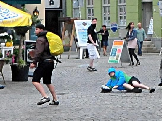 Marcus G. (vorne links) wird vorgeworfen, einen Antifaschisten (liegend) mit einem Fußtritt verletzt zu haben.