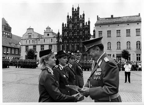 Ernennung zu Offizieren auf dem Marktplatz
