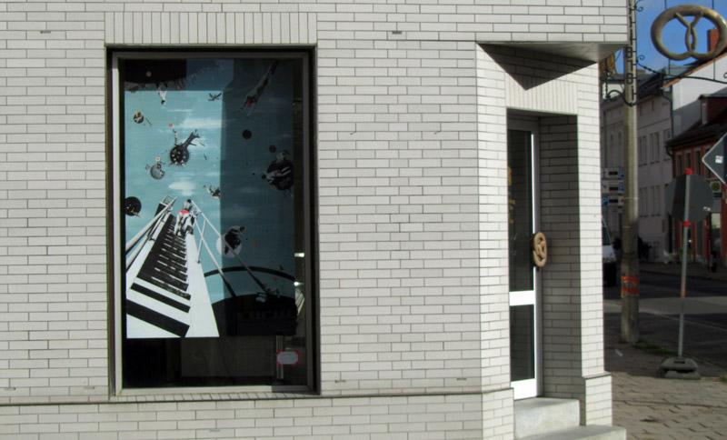 Die Greifswalderin Cindy Schmid aka swinx stellt im gleichen Gebäude eine Collage aus.