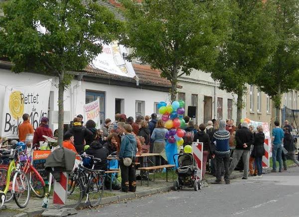Besucher und Nachbarinnen beim Straßenfest der Hausbesetzer