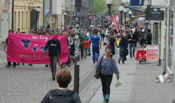 Etwa 30 Personen zogen heute durch die Greifswald Innenstadt,...