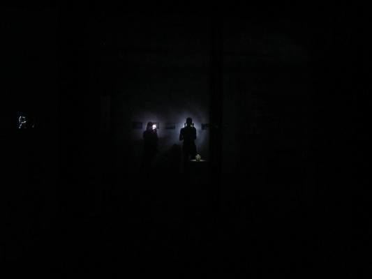 ... das dazu angehalten war, die Ausstellung in der Dunkelheit zu erkunden...