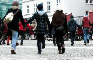 180 Menschen demonstrierten beim One Billion Rising in Greifswald