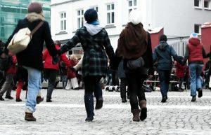 180 Menschen demonstrierten beim One Billion Rising in Greifswald