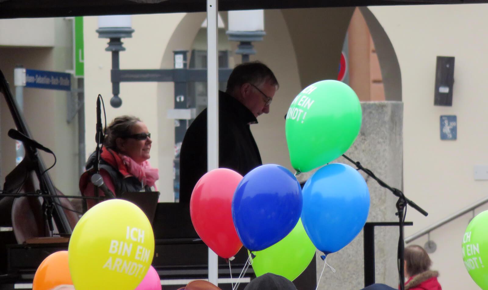 Grit Wuschek und Axel Hochschild bei einer Pro-Arndt-Kundgebung in Greifswald
